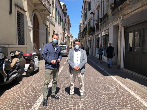 gli assessori Antonio Bressa e Andrea Ragona in via del Santo